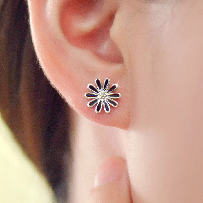 2016 new fresh black small daisy flowers s925 pure silver earrings ear jewelry female korean version of sweet simple wild
