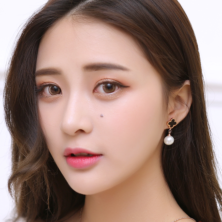 Korean version of titanium steel rose gold plated jewelry clover hanging pearl earrings pearl earrings generous temperament