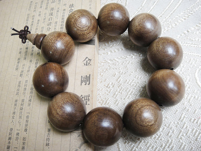 Ancient gold phoebe bracelets 25mm water shen old material amber fluorescence sense machilus gold nan bracelets beads