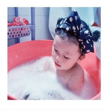 Oversized baby infant children playing in the water bath bucket bath bucket plastic bucket bath tub bath tub bath barrel barrels laundry