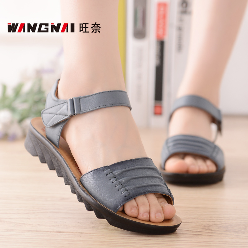 First layer of leather slip soft bottom middle-aged mother summer sandals leather sandals leather sandals flat with the elderly