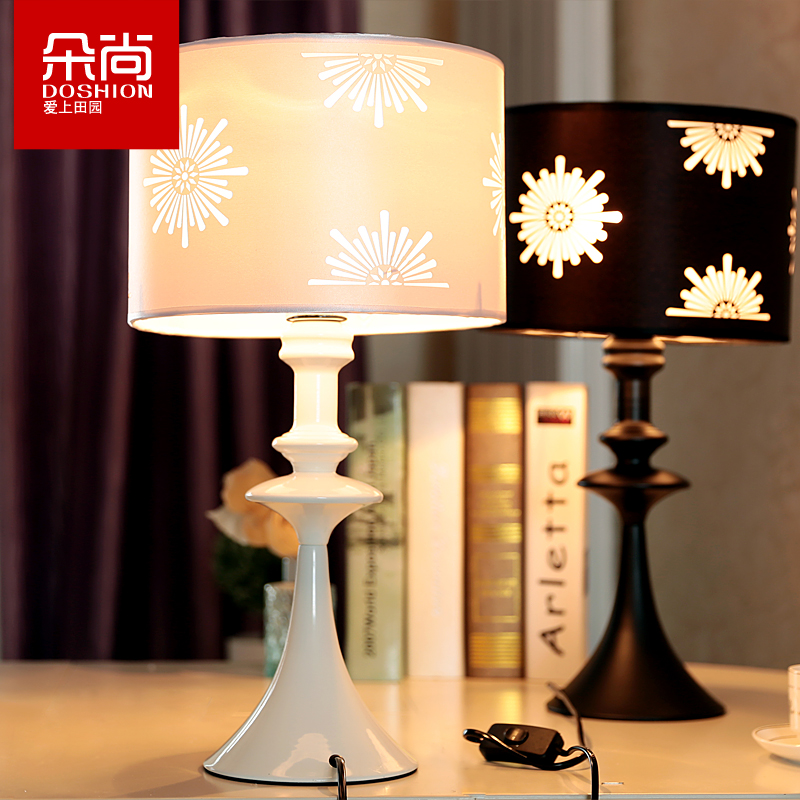 The living room desk lamp table lamp modern minimalist fashion bedroom nightstand lamp plugged radio e2' 7 energy saving lamp black red