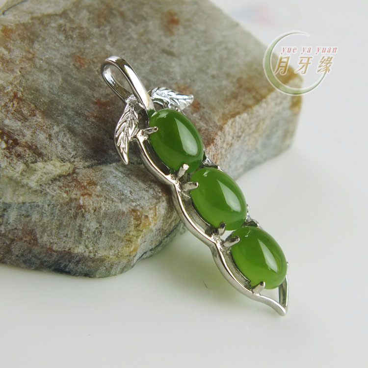 Crescent edge natural hetian jade green spinach jade inlaid jade pendant green beans pendant to send 925 silver necklace female